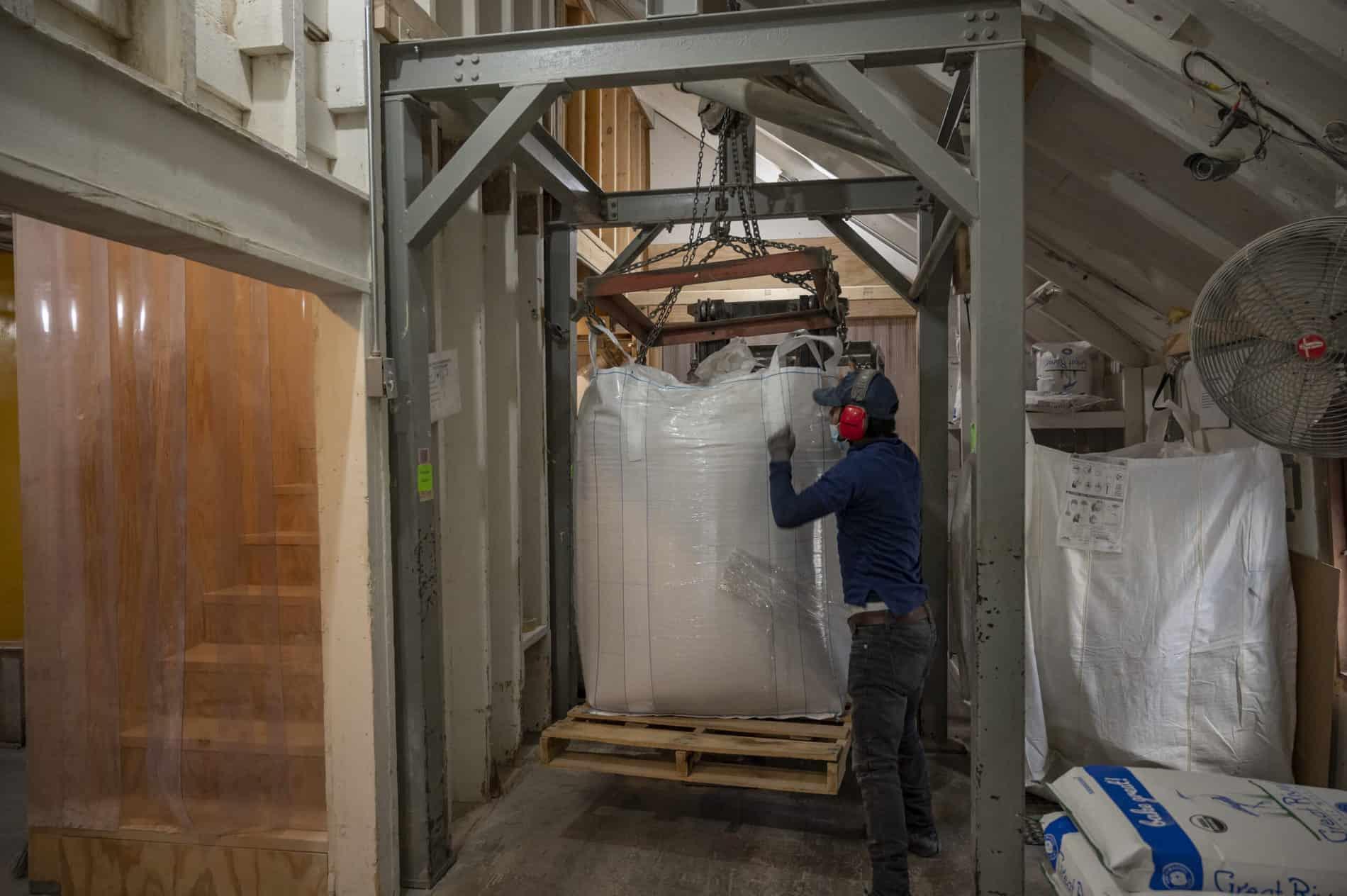 unloading_grain_to_mill